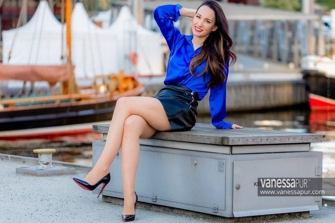 Leather mini skirt & shiny satin blouse - Lookbook